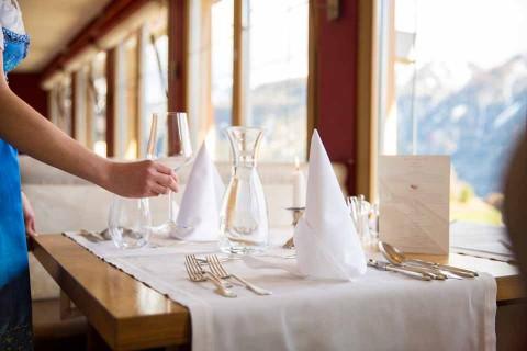 Hotel-Geiger-Restaurant-gedeckter-Tisch