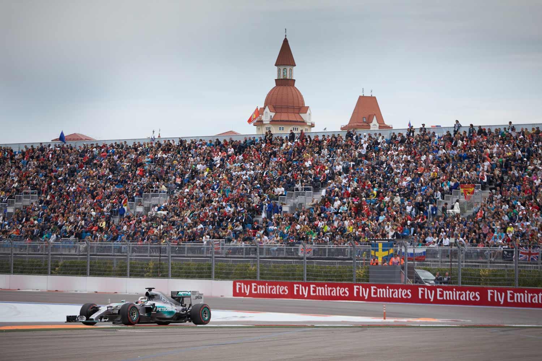F1-GP-Russland2015-Mercedes-on-track