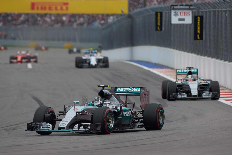 F1-GP-Russland2015-Mercedes-on-track2