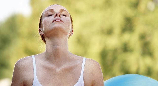Mulher respirando fundo