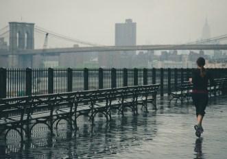 Come vestirsi per correre con la pioggia