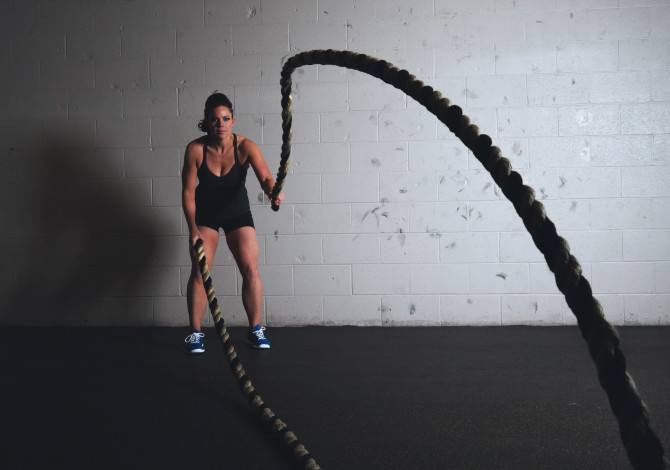 allenamento con le funi a corsa serve battle ropes