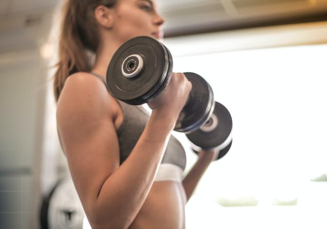 Come allenarsi con i pesi