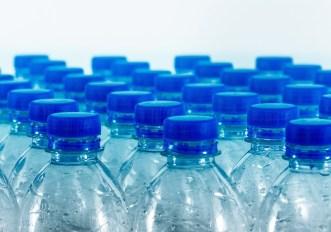 bottiglie-tappo-acqua-microplastiche