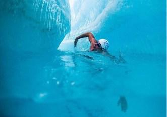 primo-uomo-a-nuotare-sotto-una-calotta-glaciale