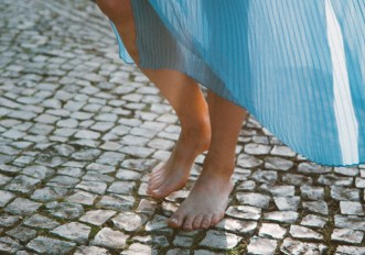 Perché dovremmo camminare a piedi nudi più spesso