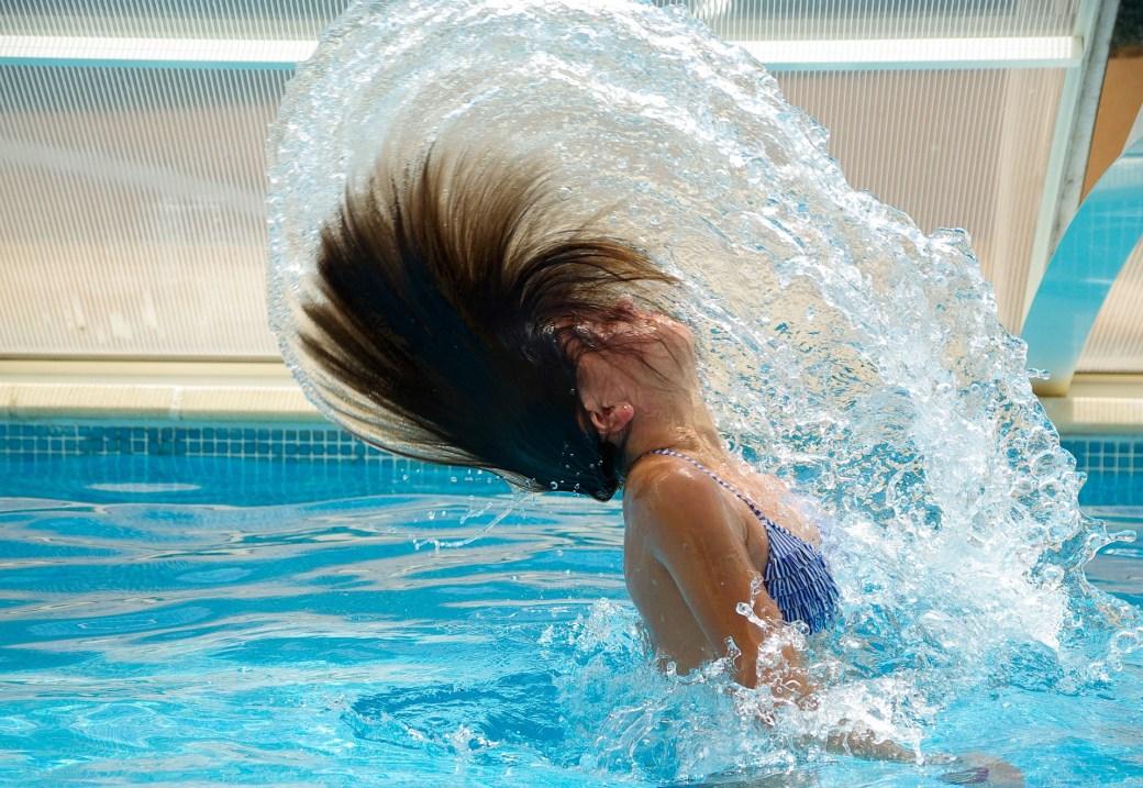 Sortir la tête de l'eau dans son couloir de nage