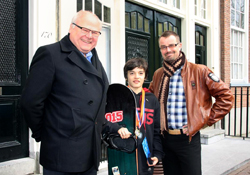 Casper Wolf (m) kreeg de bronzen sportspeld uit handen van wethouder Raimond de Prez (rechts). Links (oud-) voorzitter Jacques van den Berg.