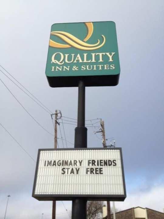 quality-inn-manti-teo-sign