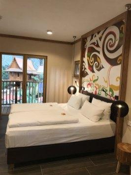 Hotel-Zimmer-Tropical-Islands-Uebernachten-wohnzimmer-bett