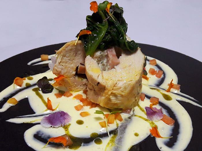 Enrollado de Pollo con Queso Azul, Salsa de Aguacate y Tomate