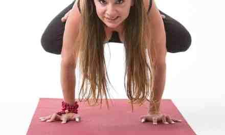 Dennice Sanhueza de Cardoze, detrás de Yoga Element