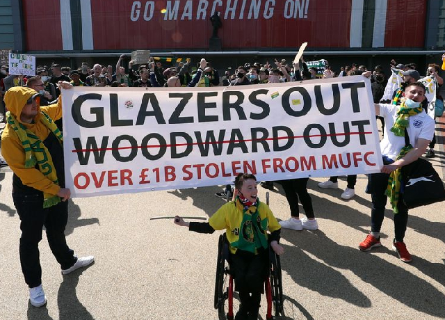 Manchester United fans protest over Glazer's ownership