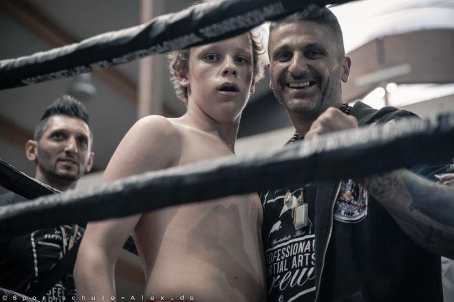 Jacob Wille von der Sportschule Alex, bei der Phoenix Fight Night Gala 2017, kämpft Kickboxen K1
