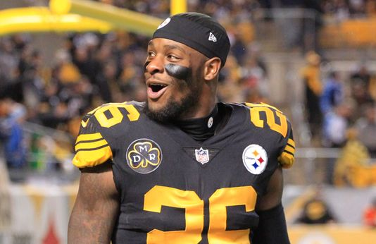 Steelers Players Removed Le'Veon Bell's Nameplate from His Locker and Turned it into a Yard Sale