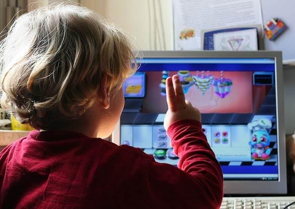 kid-playing-computer-games