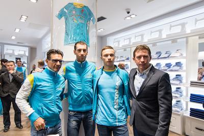 Paolo Tiralongo, Vincenzo Nibali, Alexey Lutsenko e il direttore sportivo di Astana Pro Team Dmitry Fofonov mail[1]