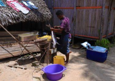 Un pescatore malgascio intento a pulire un pesce appena pescato