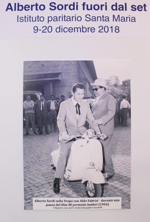 Alberto Sordi sulla Vespa con Aldo Fabrizi durante una pausa del film Mi permette babbo! per la regia di Mario Bonnard(1956)