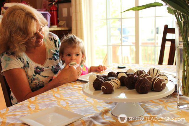 Why I treated my mom to a decadent dessert from @SharisBerries this #MothersDay | spotofteadesigns.com