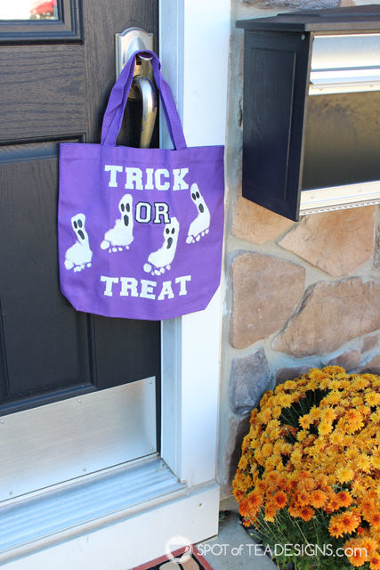 DIY #Halloween Tote Bag made with footprints and @DecoArt_Inc paint | spotofteadesigns.com
