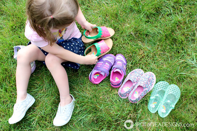 5 Toddler Life Skills we're focused on this summer - identifying left from right using @NameBubbles shoe labels | spotofteadesigns.com