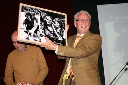 Jan Janssen ontvangt foto uit handen van Johan van Gurp