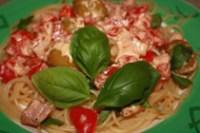 Spaghetti z fetą i boczkiem w pomidorach