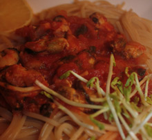 Pasta z sosem pomidorowym z małżami