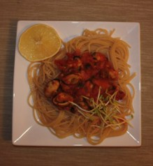 Makaron z małzami w sosie pomidorowym
