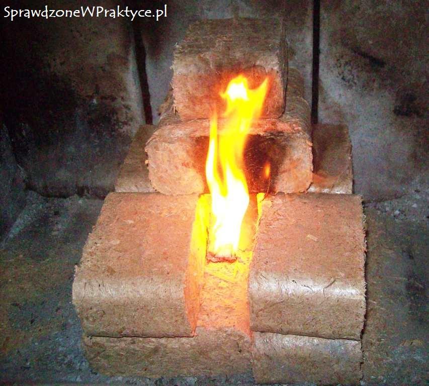 pierwsza iskra przy rozpalaniu brykietu