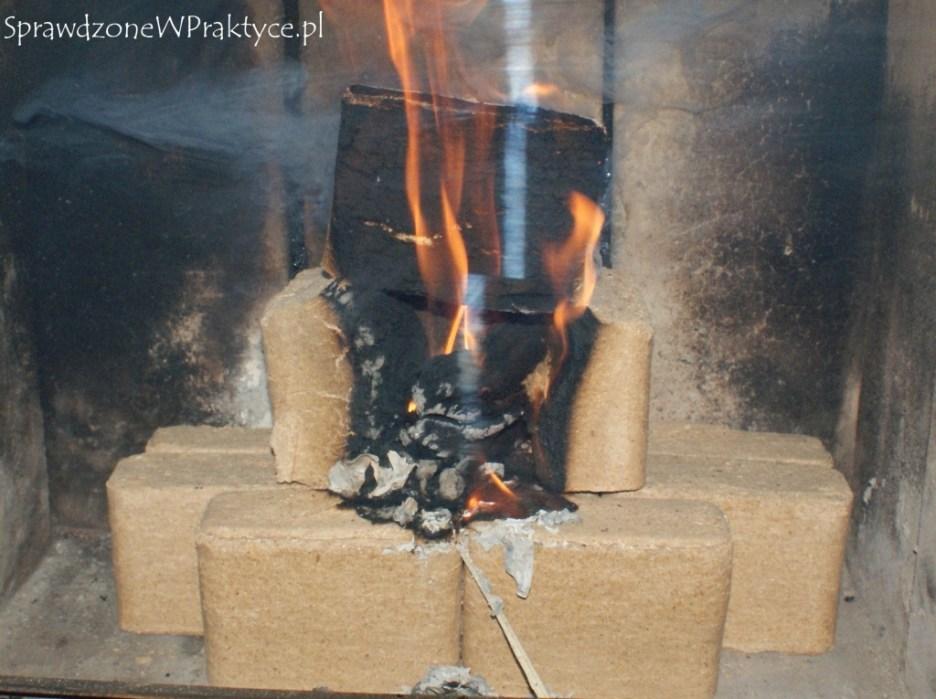 Rozpalanie brykietu drewnem rozpałkowym