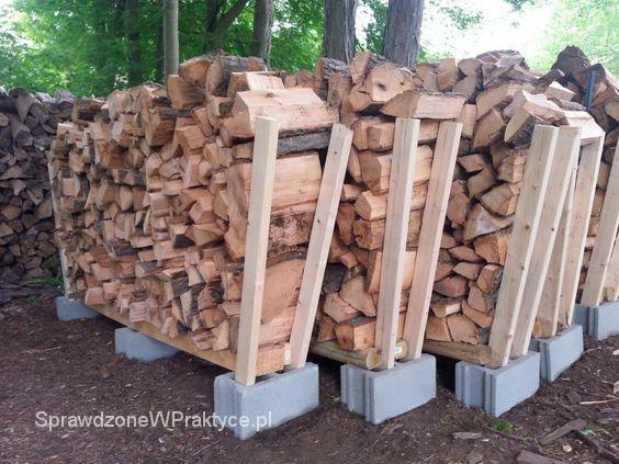stojak na drewno z pustaków i kantówek