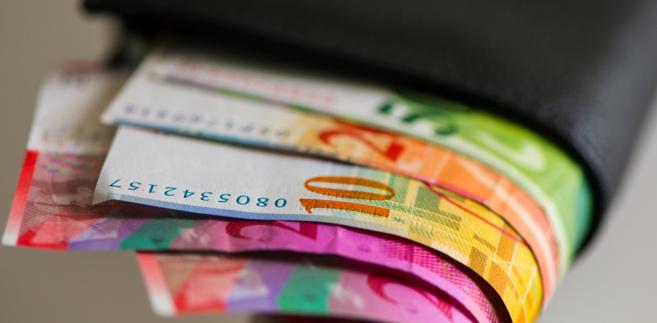 Nieokreślenie kwoty kredytu, naruszenie zasady walutowości, nieważność umowy o kredyt denominowany w CHF [ WYROK WARSZAWA ]