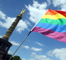 Die regenbogenfahne – leider trauen sich viele Schwule und Lesben an Schu- len nicht, sie hochzuhalten, da sie angst vor Diskriminierung haben. Foto: DPA / Wolfgang KUmm