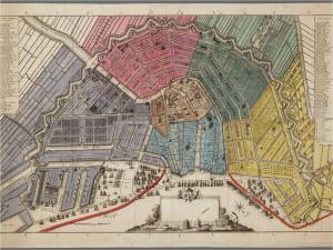Ingekleurde, derde editie van de kaart van Amsterdam op schaal ca. 1:5.100, gegraveerd door C. van Baarsel en uitgegeven door Covens en Mortier Met weergave van zes districten. Later zijn de Ooster- en Westerdoksdijk (1832-1834) met rood ingetekend. De cartouche is niet ingevuld. Oriëntatie: zuidzuidwest boven.