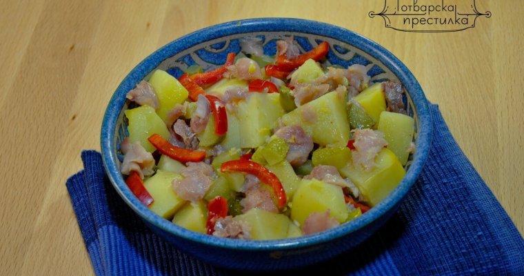 Топла картофена салата с пушена скумрия