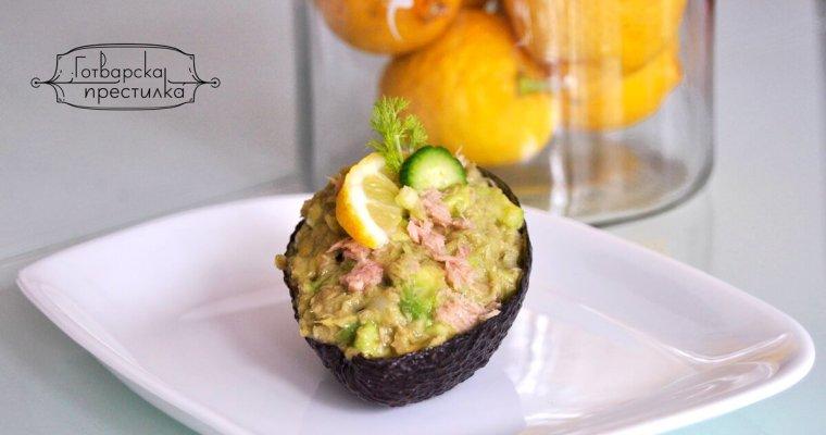 Салата в авокадо с риба тон и цитрусов дресинг