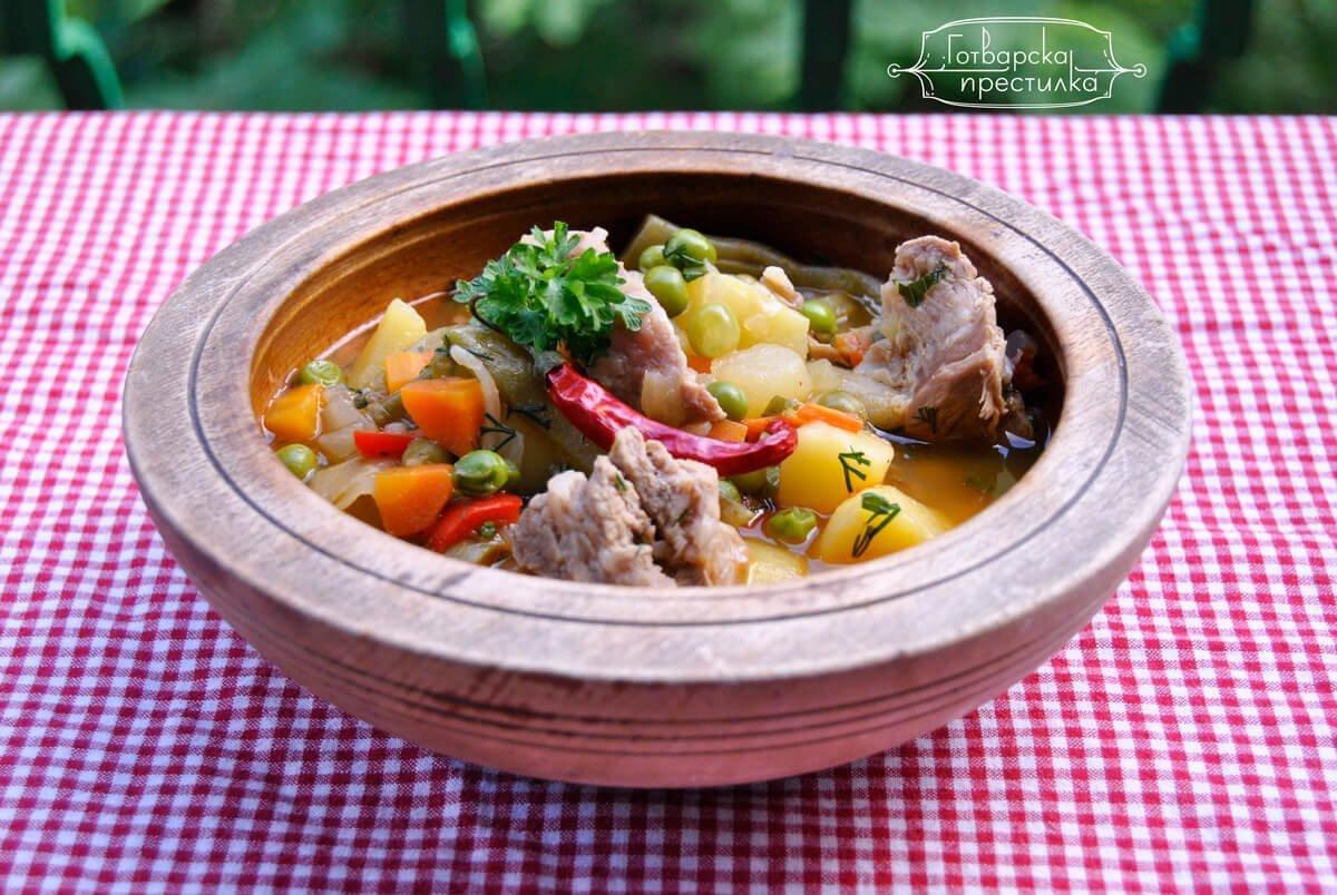 Питателна, пролетна яхния със свинско месо и зелен боб