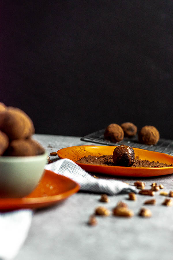 Whole30 Cocoa Dusted Pecan Date Balls
