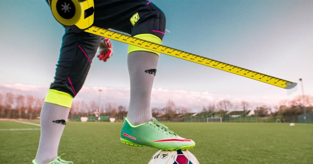 Fussballer mit Massband im Schritt