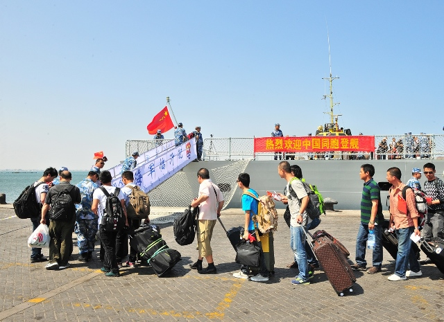Chinese citizens queue up to board a Chinese navy vessel in Aden Harbor, Yemen, March 29, 2015. China is withdrawing hundreds of citizens from Yemen with the help of Chinese warships, Foreign Ministry Spokeswoman Hua Chunying said Monday. Hua told a daily press briefing that China has already moved 122 citizens from Yemen to Djibouti. (Xinhua/Xiong Libing)