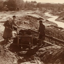 Goldsucher-Sibirien_-_Miners_washing_gold-bearing_sand_near_Beryozovsky-CROP