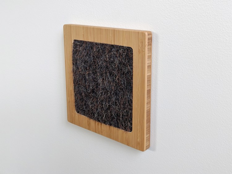 Modern wall cat scratcher in bamboo and gerbil insert ISO