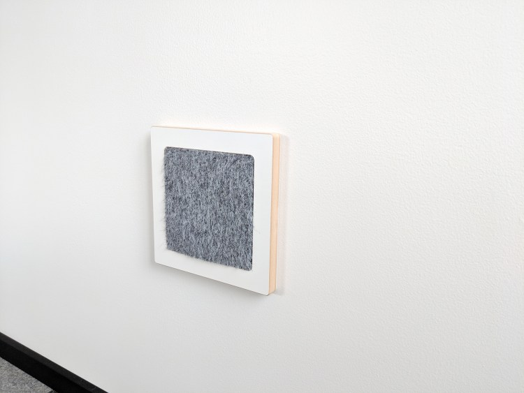 Modern wall cat scratcher in white SDF and chinchilla ISO