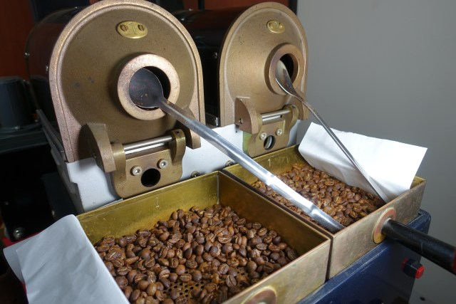 Sample roasting at the Caravela warehouse in Pitalito