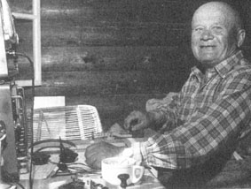 Tatu Kolehmainen radioamatööriasemalla.