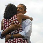 Pobjednički zagrljaj Baracka i Michelle Obame