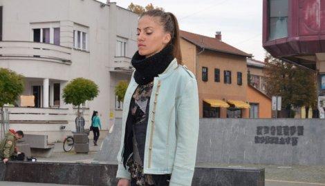 Otkriveno zašto je mlada Jelena Topić mjesec dana nepomično stajala na gradskom trgu