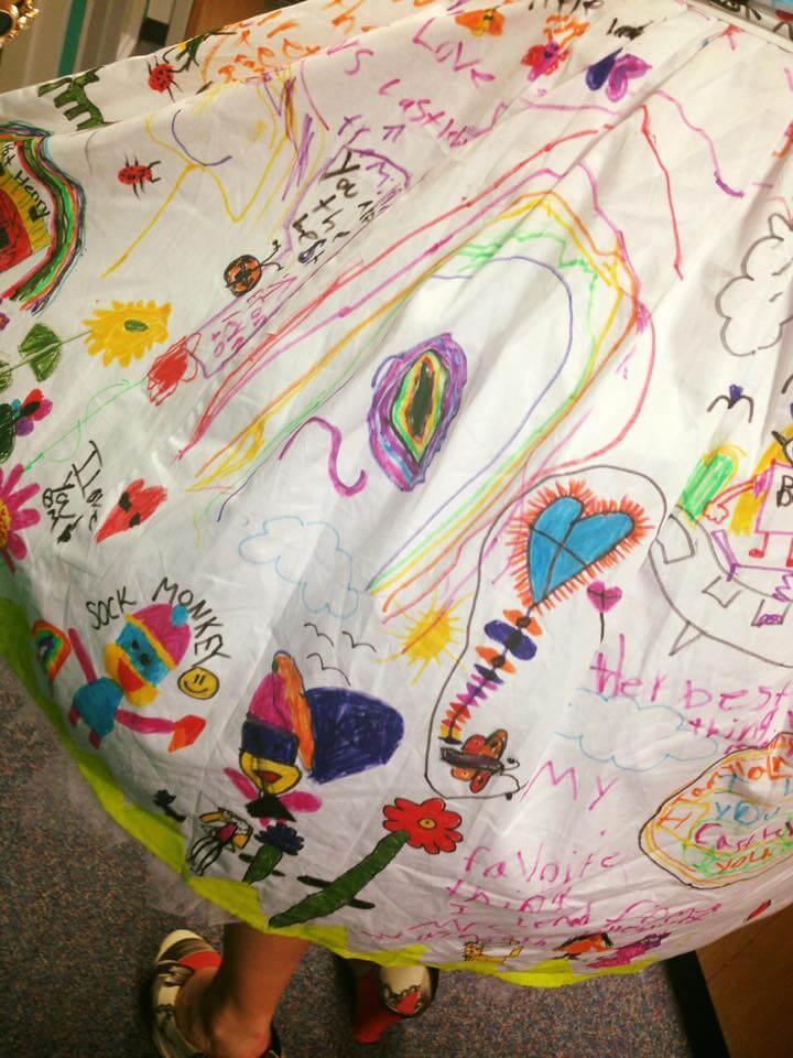 Haljina s potpisom: Učenici oslikali haljinu učiteljice